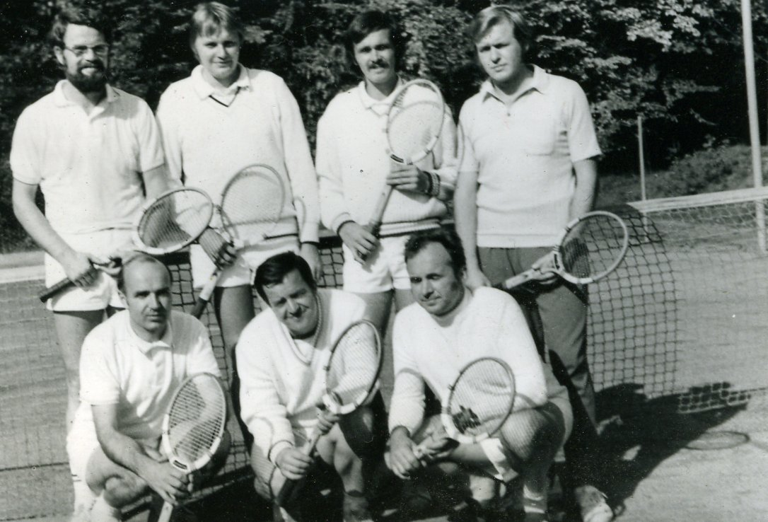 Aufsteiger Herren in die Bezirksklasse 1975 o. v. l. U.Horn, W. Mehnert, G. Paulick, W. Selka, u. v. l. Dr. W. Lehnig, D. Zschiesche, H. Baldzer